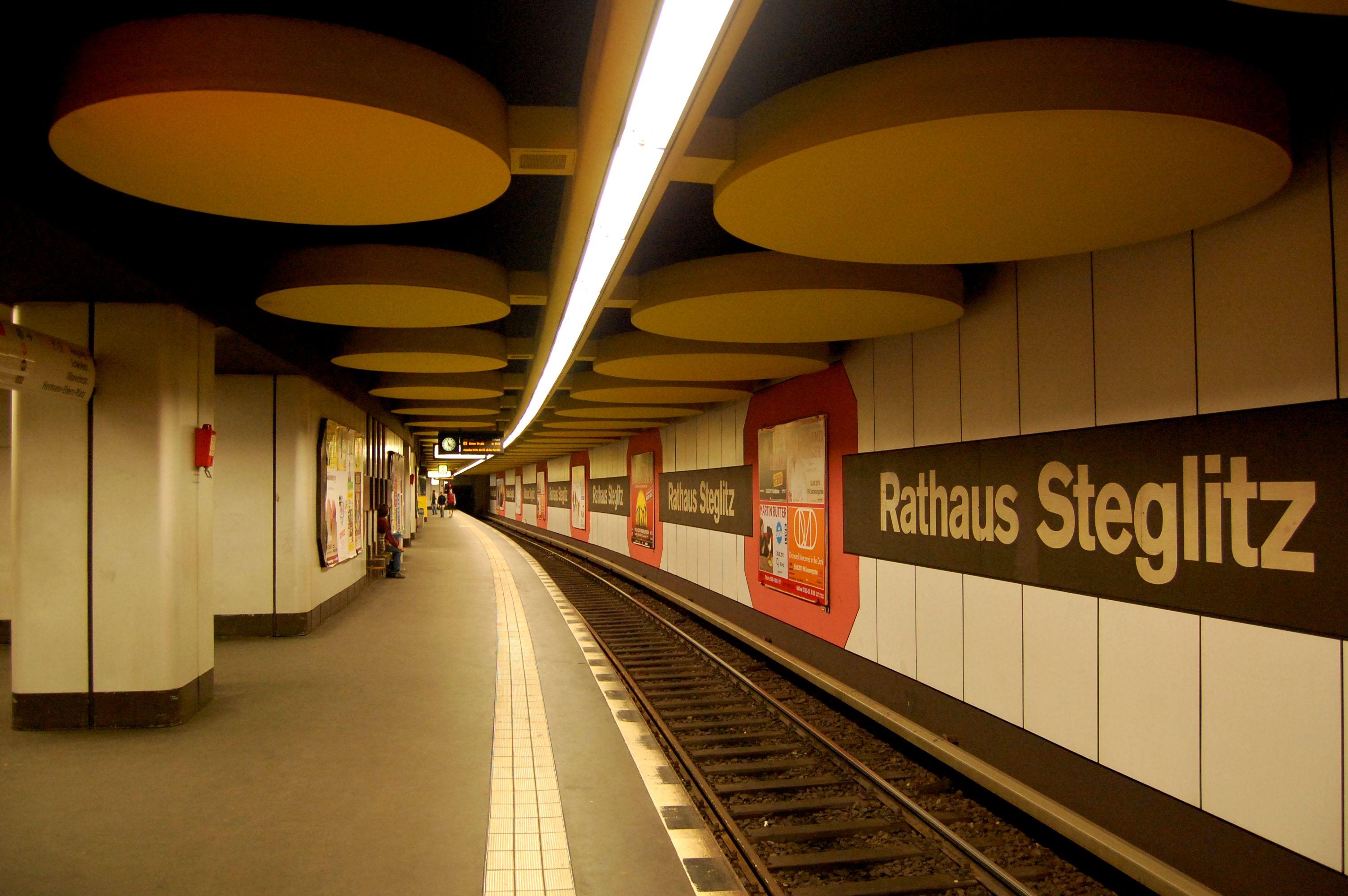 Vor der Neugestaltung: U-Bf Rathaus Steglitz Bahnsteighalle