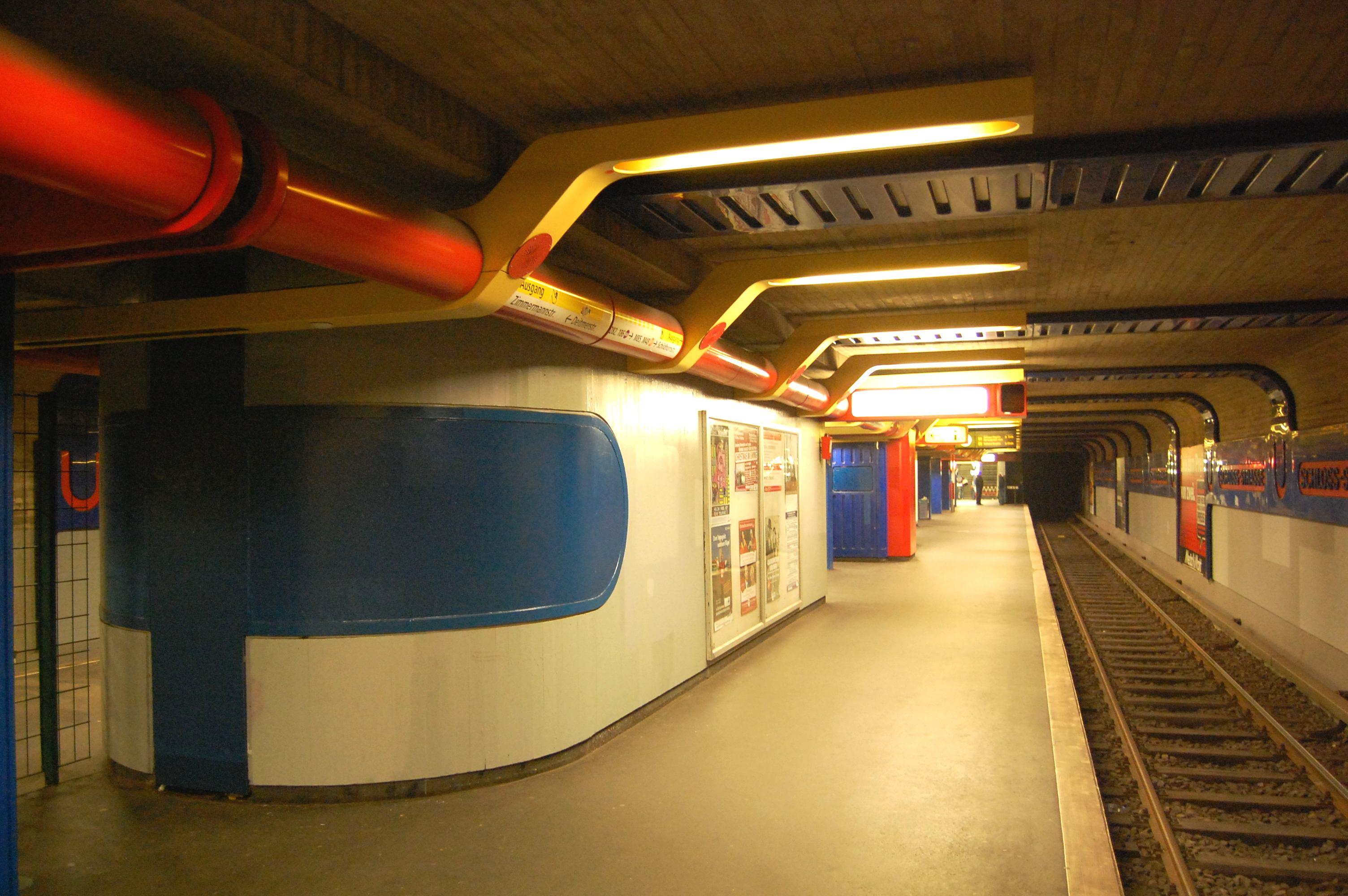 Nicht mehr lange zu sehen: U-Bf Schloßstraße, untere Bahnsteighalle