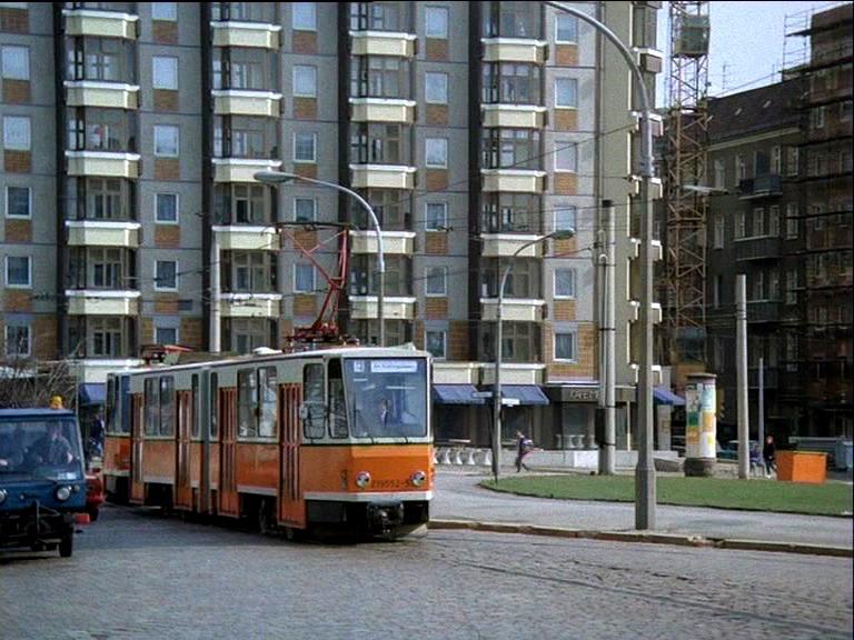 Alltag im Osten: Tatrazug vor Plattenbau (und lädiertem Pflaster)